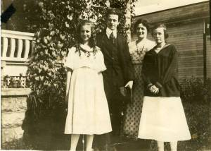 Lucile, Linus, Belle and Pauline Pauling, Portland, Oregon, 1916.