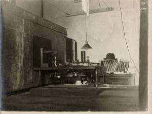 X-ray apparatus at Linus Pauling's desk, Gates Laboratory, California Institute of Technology. 1925.