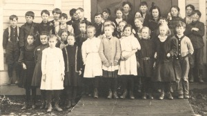 Linus Pauling (front row, far right) with his grade school classmates, Condon, Oregon, 1909.