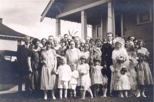 The Pauling and Miller families on Linus and Ava Helen's wedding day.  Salem, Oregon.  June 17, 1923.
