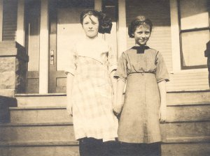 Pauline Pauling with her sister Lucile, 1916.