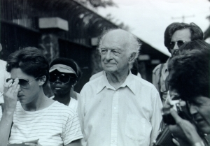 Linus Pauling in Corinto, Nicaragua, participating in the Peace Ship assistance mission. July 26, 1984.