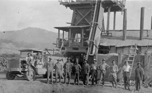 Linus Pauling (second from right), part of a work crew stationed in Sutherlin, Oregon.  Summer 1922.