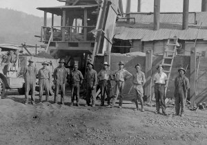 Linus Pauling (second from right) with the paving crew, 1922.
