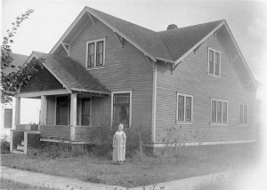 Nora Gard Miller in front of the house that she maintained for her children on S. 15th Street, Corvallis, 1924.