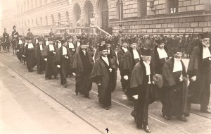 An academic procession at the University of Munich, 1927. Note the arrow pointing to Arnold Sommerfeld.  Photo likely taken by Linus Pauling.