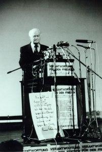 Pauling speaking in Mainz, Germany, July 1983.