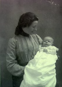 Belle Pauling with her infant son, Linus. 1901.