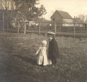 Linus Pauling with his sister Pauline, 1904.