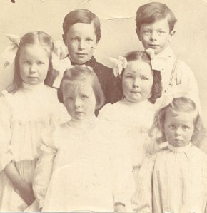 A group photo including the Pauling children: Pauline (front row left), Lucile (front row right) and Linus (back row right).