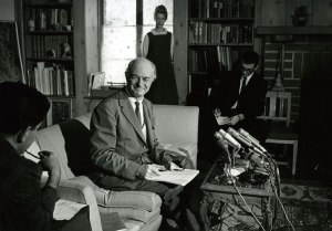 Pauling at his living room press conference, October 1963. Image credit: James McClanahan.