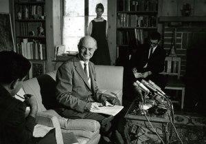 Pauling at his living room press conference, October 1963. Image credit: James McClanahan.