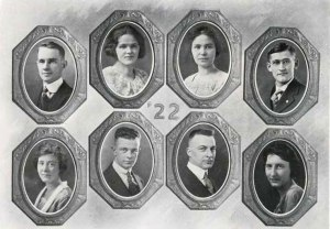 Pauling (bottom row, second from left) as depicted in the Beaver yearbook with fellow members of the class of '22.