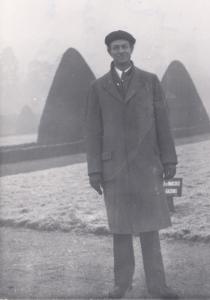 Pauling wearing his beret, 1948.